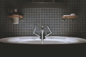 ścienna szklana mozaika w łazience